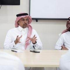 الرئيس التنفيذي يعقد اجتماعاً بموظفي الإدارات .