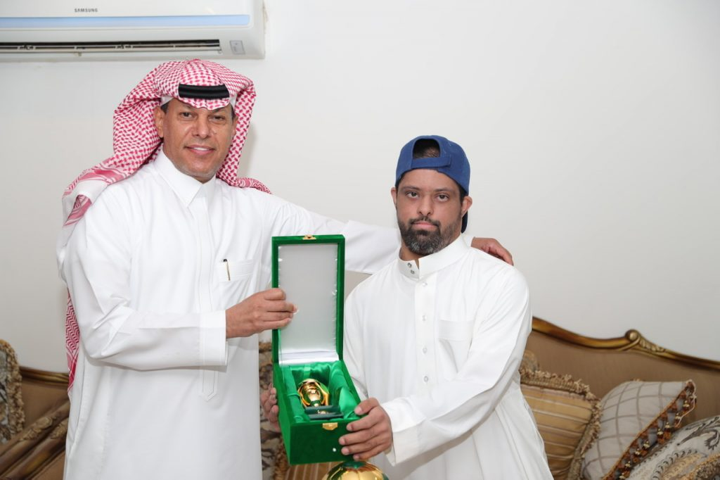 """رئيس مجلس الإدارة يهدي الشاب """" غالب """" هديته الخاصة بنهائي"""