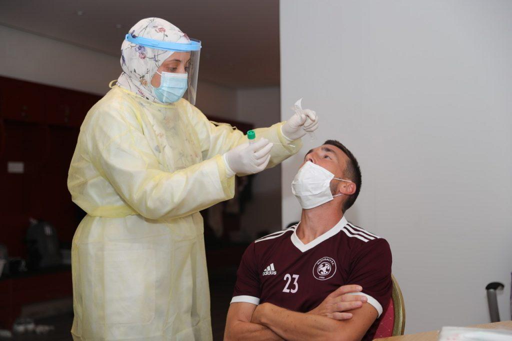 الفيصلي يجري المسحة الطبية الخاصة في اختبار البلمرة التسلسلي PCR تحضيراً للمغادرة للمعسكر الاعدادي