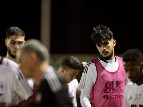الفريق الاول لكرة القدم يواصل تدريباته على فترتين